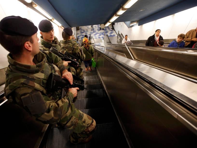 Segurança reforçada na estação de metrô em Marselha na França após onda de ataques de terroristas em Paris - 15/11/2015