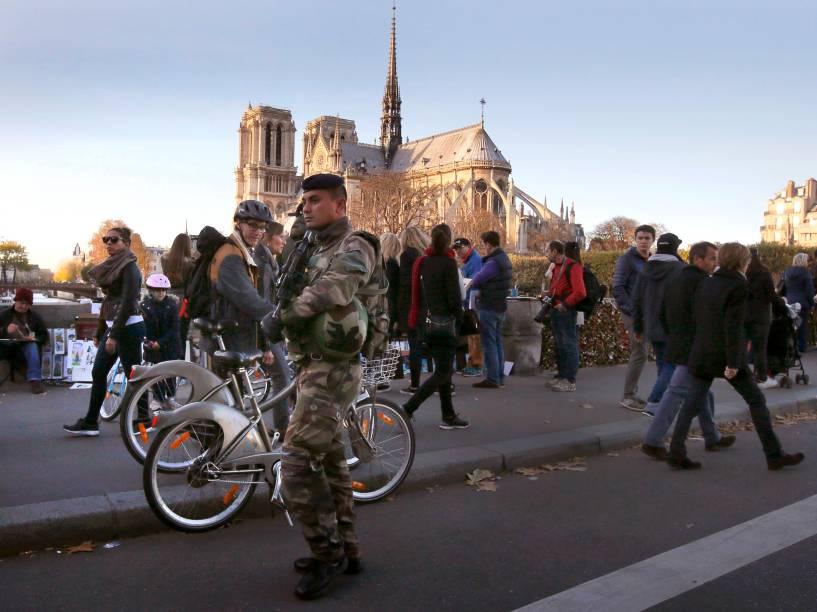 Segurança reforçada em torno da catedral de Notre Dame em Paris - 15/11/2015