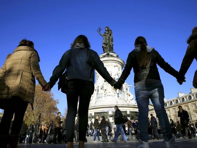 Pessoas dão as mãos para formar uma corrente durante ato perto do local do ataque na sala de concertos Bataclan, em Paris - 15/11/2015
