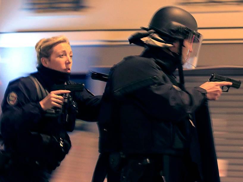 Polícia reage após avistar um veículo suspeito perto do restaurante Le Carillon em Paris onde dezenas de pessoas prestavam homenagens às vítimas dos ataques terroristas no local - 15/11/2015