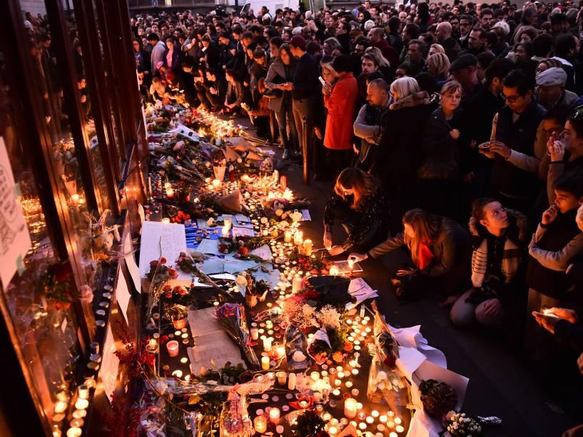 Pessoas se reúnem para prestar homenagens do lado de fora do restaurante Le Carillon, um dos locais de ataque em Paris - 15/11/2015