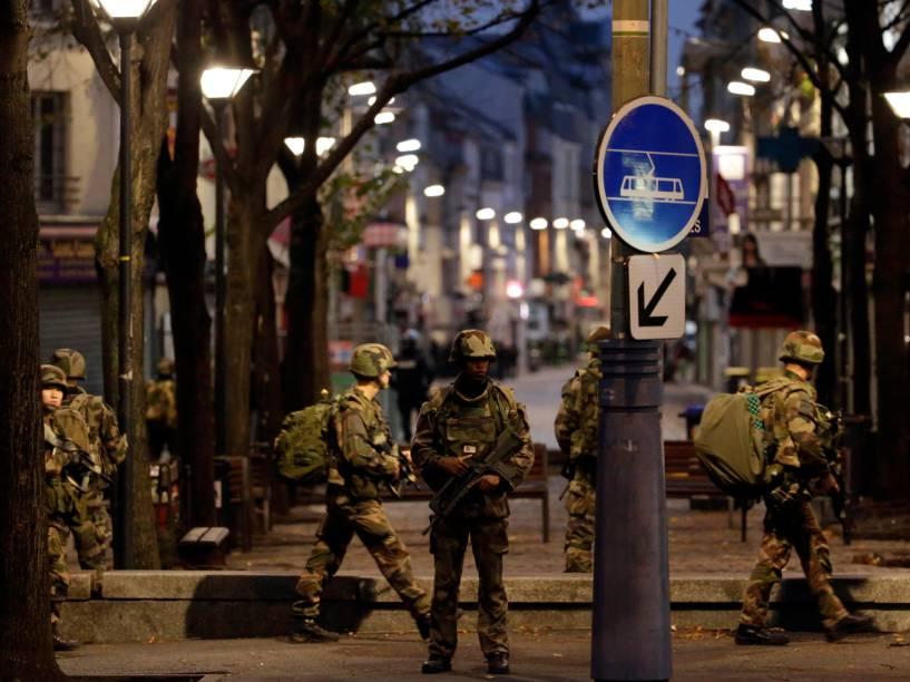Soldados do exército francês guardam posição durante operação antiterrorismo em Saint-Denis, norte de Paris - 18/11/2015