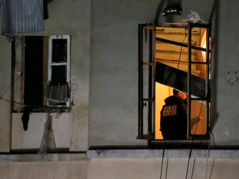 Membro da polícia judiciária francesa inspeciona o apartamento invadido pelas forças especiais em Saint-Denis, durante operação para capturar fugitivos dos ataques da última sexta-feira (13) - 18/11/2015