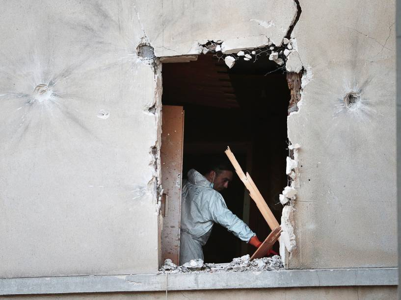 Investigador forense inspeciona o apartamento invadido por forças especiais da polícia francesa durante operação antiterrorismo em Saint-Denis, norte de Paris - 18/11/2015