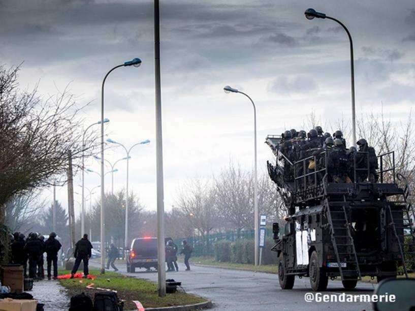 Polícia francesa divulga imagens da operação desta sexta-feira, em Dammartin-en-Goële que matou os terroristas responsáveis pelo ataque ao Charlie Hebdo - 09/01/2015