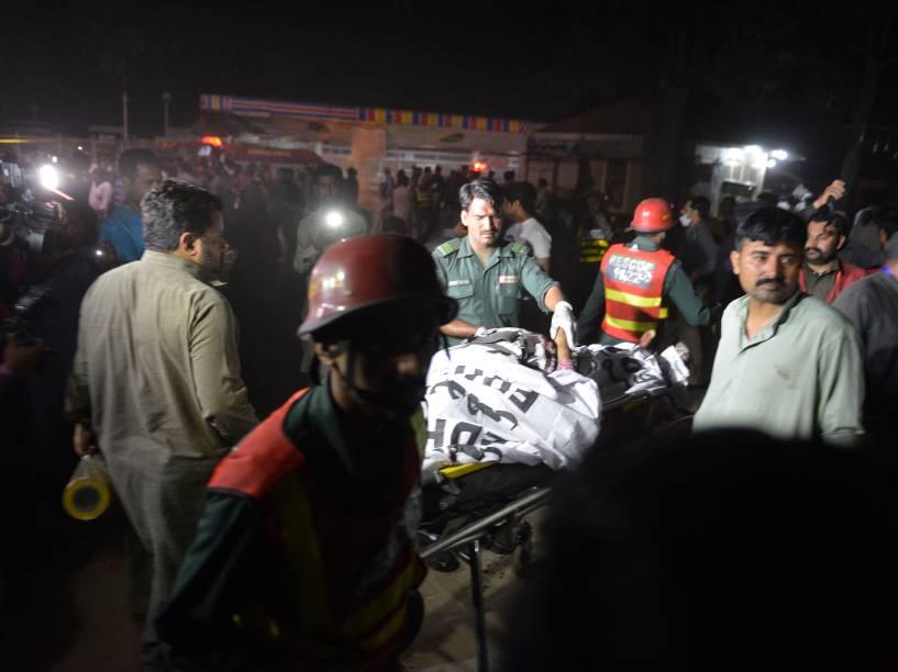 Equipes de resgate trabalham para resgatar as vítimas de um ataque a bomba em um parque lotado de cristãos durante as celebrações do Domingo de Páscoa em Lahore, no Paquistão - 27/03/2016