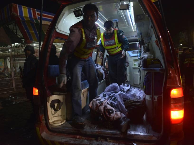 Equipes de resgate paquistanesas transportam um corpo para uma ambulância próxima ao local de um atentado a bomba em Lahore durante uma celebração que reunia cristãos no Domingo de Páscoa - 27/03/2016