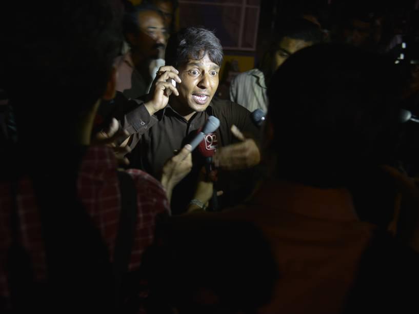 Vítima do atentado fala com a imprensa próximo ao local da explosão que deixou dezenas de mortos durante uma celebração cristã em Lahore, no Paquistão - 27/103/2016