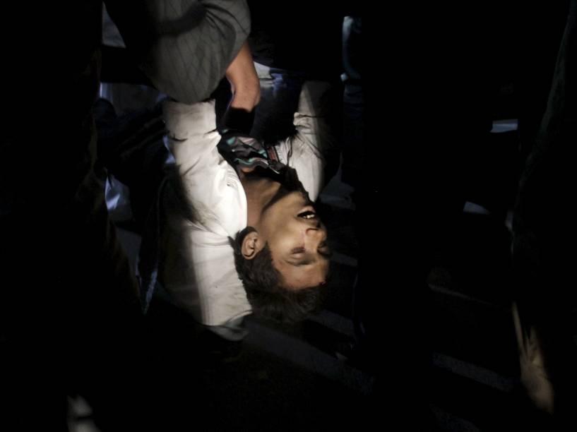 Equipes de resgate retiram um homem ferido do local de um atentado a bomba em um parque público em Lahore, no Paquistão - 27/03/2016