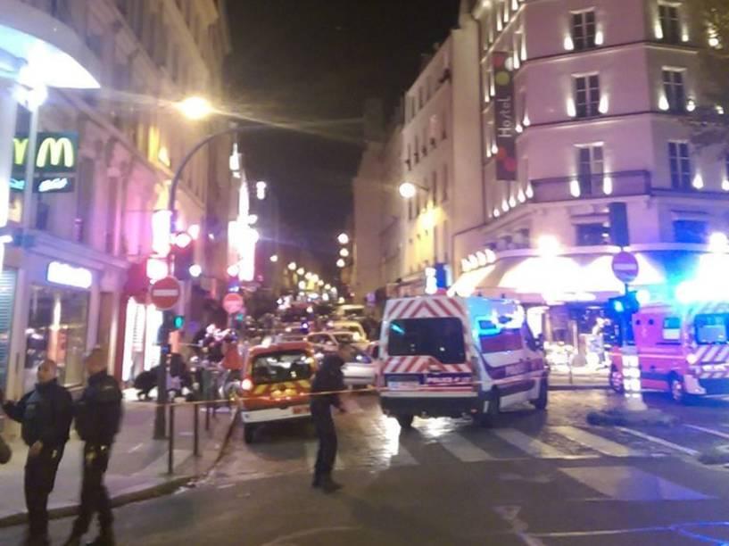 Atiradores invadem restaurante em Paris e deixam mortos e feridos