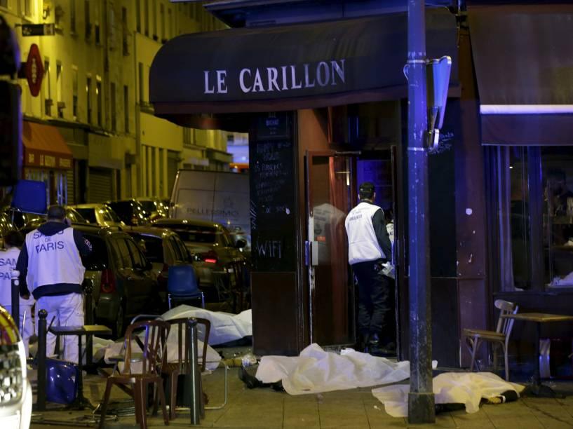 Corpos são retirados de um restaurante na sequência de um tiroteio em Paris, França - 13/11/2015