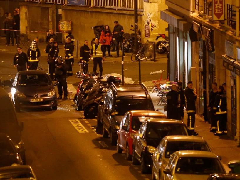 Equipes de resgate e da polícia isolam a área perto da Rue Bichat na sequência de vários ataques terroristas em Paris - 13/11/2015