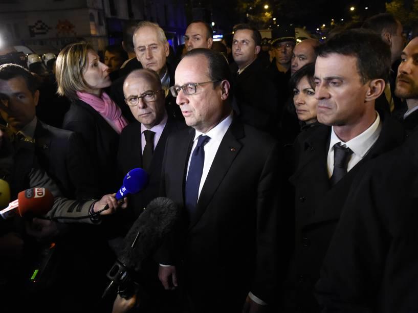 O presidente francês, François Hollande é abordado por jornalistas perto da sala de concertos Bataclan no centro de Paris - 13/11/2015