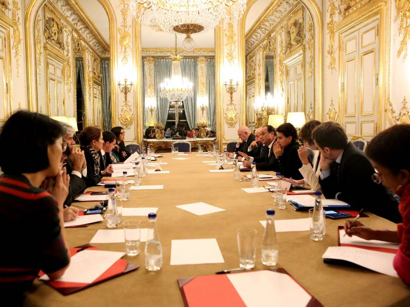 O presidente francês François Hollande reúne autoridades para uma reunião de emergência no Palácio do Eliseu após a série de ataques terroristas em Paris - 13/11/2015