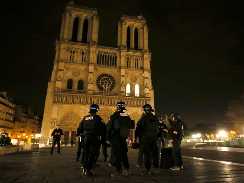 Polícia reforça segurança perto da Catedral de Notre Dame após uma série de ataques terroristas em Paris - 13/11/2015