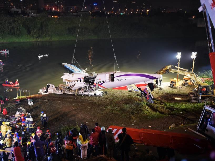 Equipes de resgate retiram destroços do avião TransAsia que caiu no rio Keelung em Taipé, capital de Taiwan