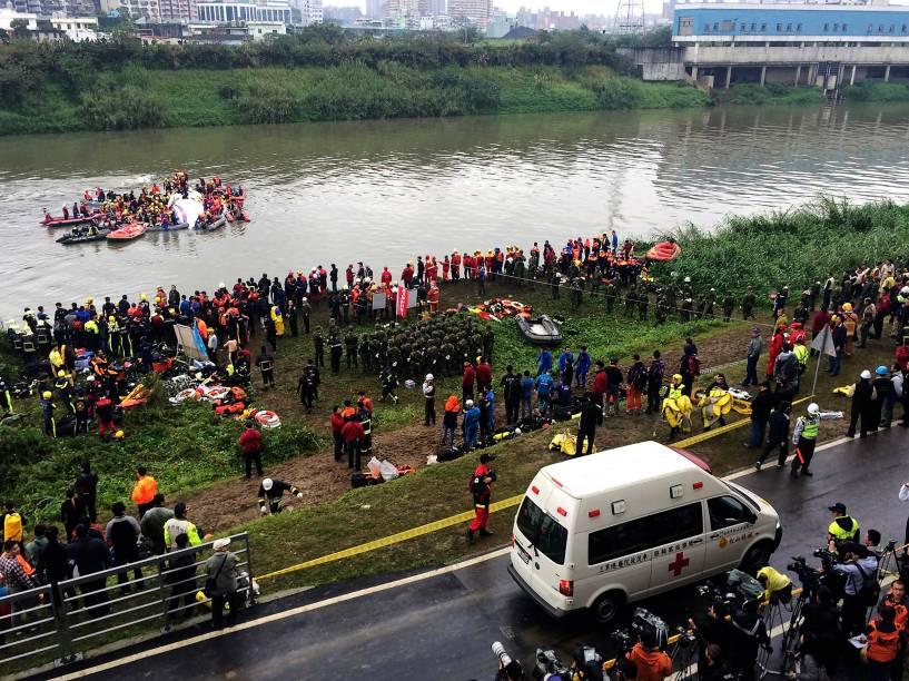 Ambulância chega ao local do acidente com o voo ATR72-600, da TransAsia