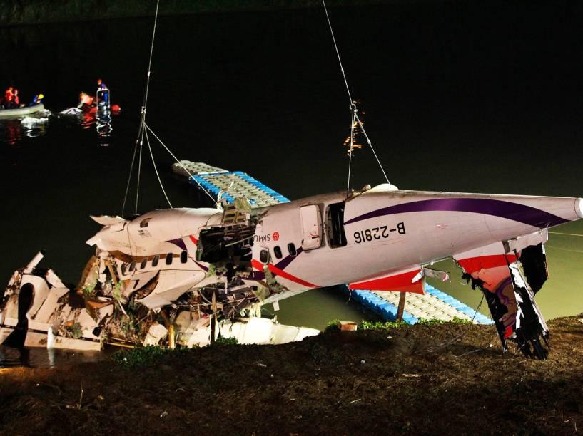 Equipes de resgate retiram destroços de avião da TransAsia que caiu no rio Keelung, em Taipé, Taiwan