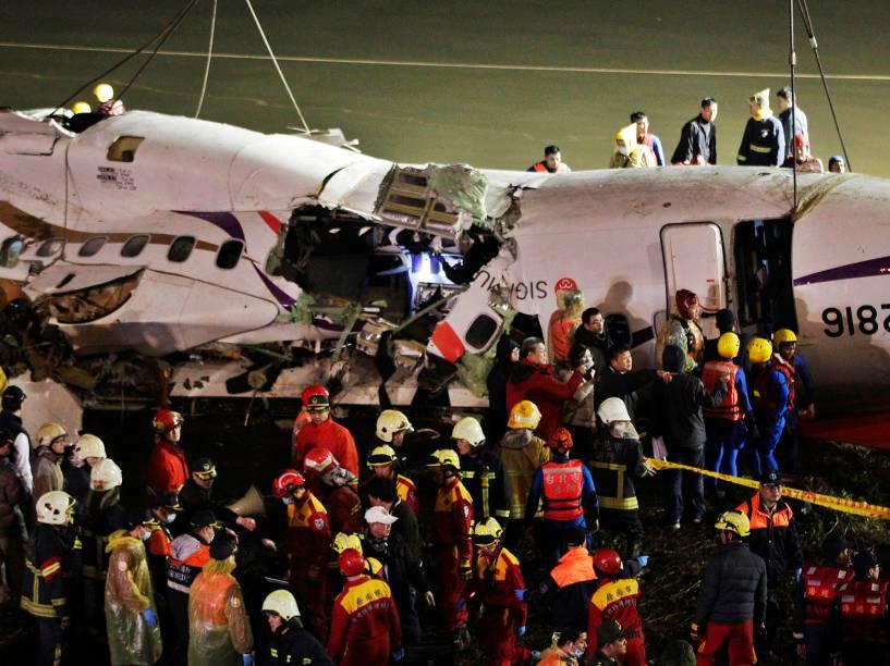 Esquipes de resgate trabalham no local onde um avião da TransAsia caiu em Taipé, Taiwan, nesta quarta-feira
