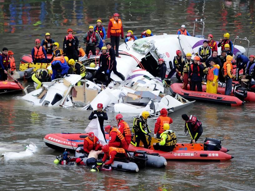 Equipes resgatam vítimas da queda do avião da TransAsia em Taiwan