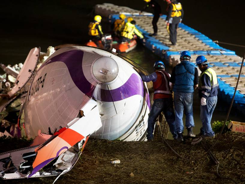 Equipes de resgate retiram destroços do avião da TransAsia que caiu no rio Keelung, em Taipé, capital de Taiwan