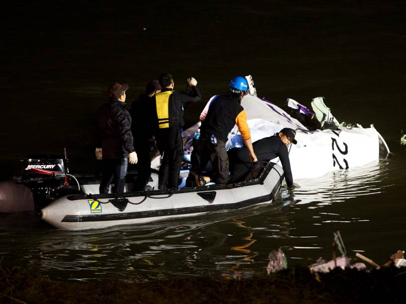 Equipes buscam desaparecidos no local do acidente com um avião da TransAsia, em Taipé, Taiwan