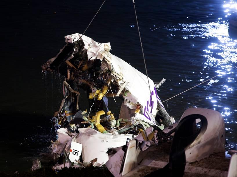 Equipe recuperam destroços do avião da TransAsia que caiu em Taipé