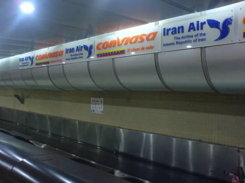 Guichê de despacho de bagagem no Aeroporto de Maiquetia, em Caracas. Operação conjunta das estatais de viação do Irã e Venezuela