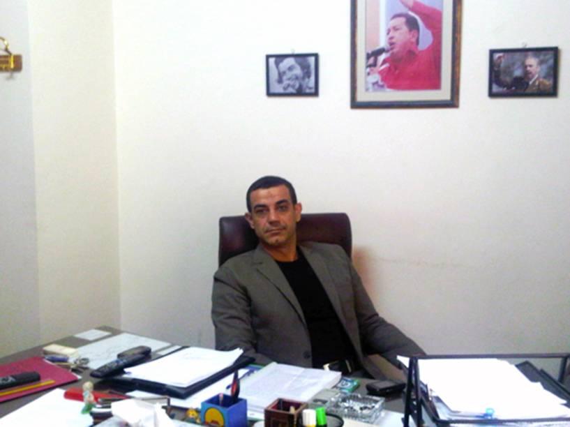 O libanês Ghazi Nassereddine, em sua mesa na embaixada da Venezuela em Damasco, onde era adido comercial. Procurado pelo FBI por terrorismo atualmente vive na Venezuela