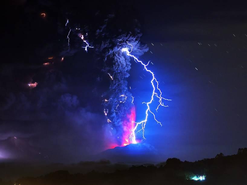O vulcão Cabulco expele fumaça e causa relâmpagos no céu, nesta quinta-feira (23)