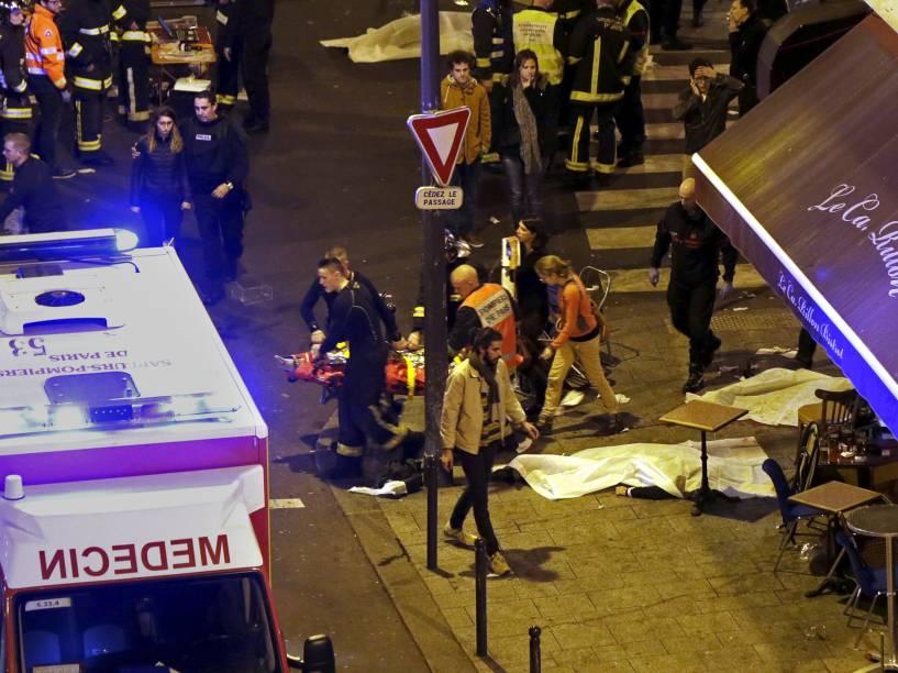 Equipes de regate retiram os corpos de um restaurante na sequência de incidentes de tiro em Paris, França - 13/11/2015