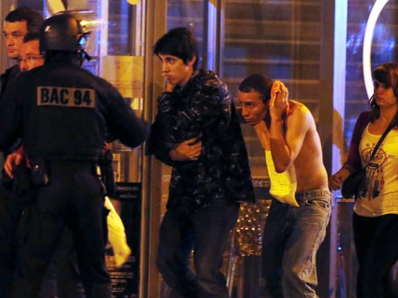 Forças especiais francesas retiram pessoas da sala de concertos Bataclan na sequência dos tiroteios em Paris, França - 13/11/2015