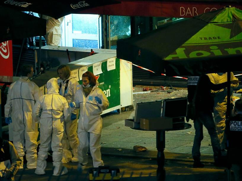 Investigadores trabalham do lado de fora de um bar perto do Stade de France onde explosões foram relatadas durante a partida entre França e Alemanha - 13/11/2015
