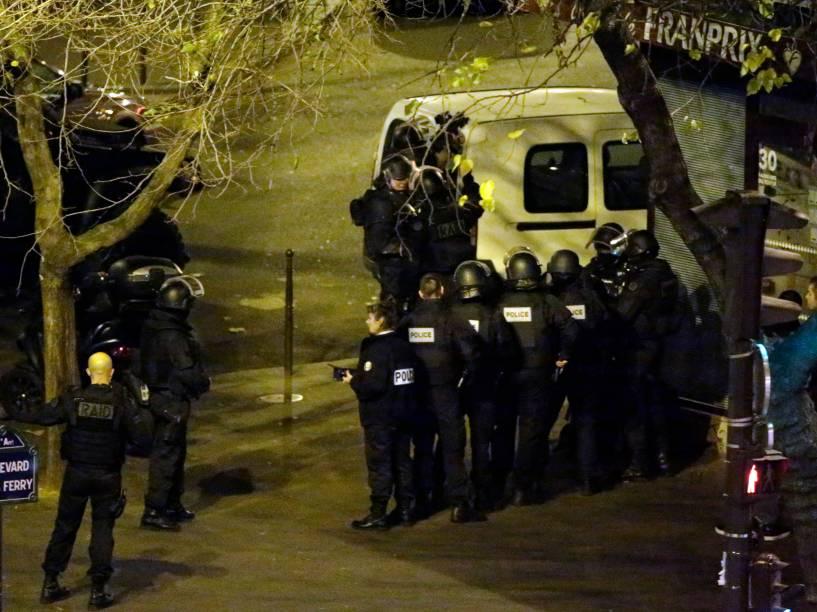 Polícia proteger fecha a praça Jules Ferry no centro de Paris - 13/11/2015