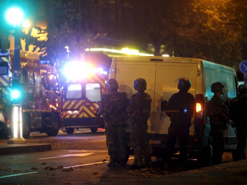 Polícia de choque protege a área perto da sala de concertos Bataclan após um tiroteio em Paris, na França - 13/11/2015