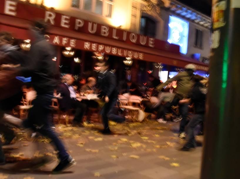 Pessoas correm depois de ouvir explosões e tiros perto da Place de la Republique em Paris - 13/11/2015