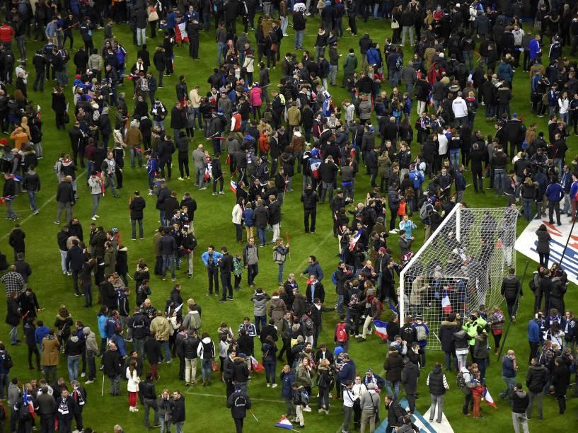 Torcedores entram em campo após amistoso entre França e Alemanha, no Stade France, em Paris - 13/11/2015