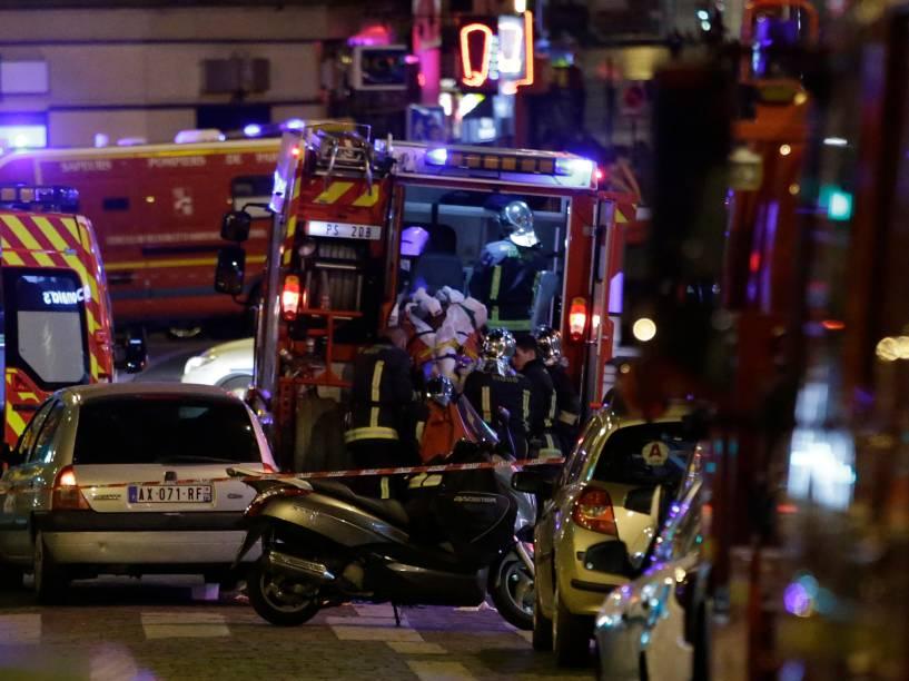 Homem ferido é levado para uma ambulância após uma sequência de tiroteiros e explosões no centro de Paris, na França - 13/11/2015