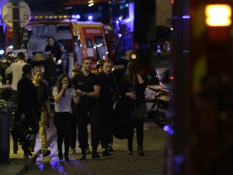 Pessoas são evacuadas após ataque na sala de concertos Bataclan, em Paris - 13/11/2015