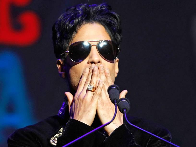 Prince durante apresentação no Teatro Apollo em Nova York em 2010