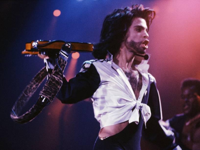 Prince durante show no Reino Unido em 1985