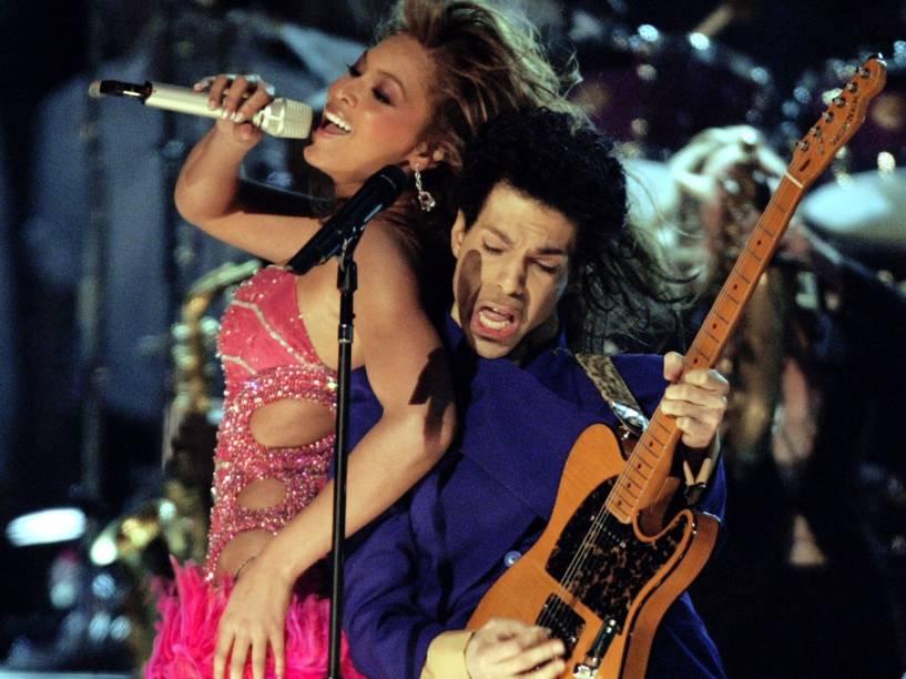 Prince se apresenta ao lado da cantora Beyoncé durante a premiação do Grammy em 2004