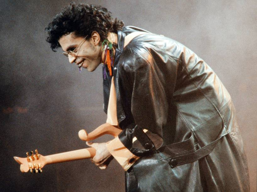 Prince no palco durante show em Paris em 1987