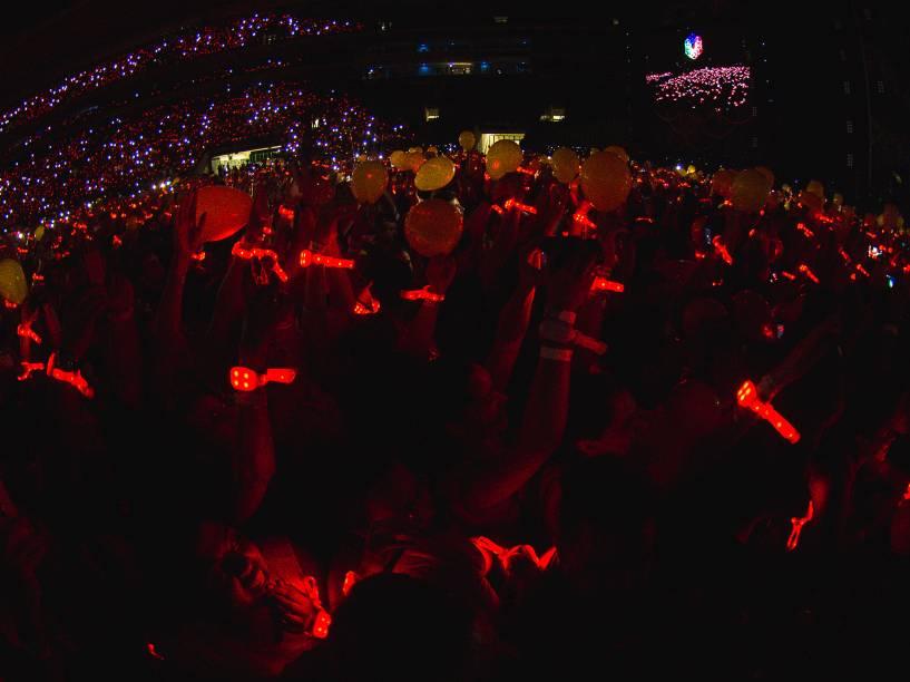 Pulseiras do público colorem de vermelho o Allianz Parque durante show do Coldplay em São Paulo - 07/04/2016