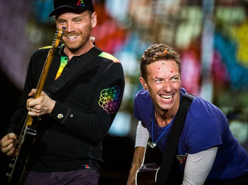 O vocalista Chris Martin e o guitarrista Jonny Buckland durante show do Coldplay no Allianz Parque em São Paulo