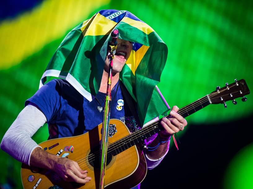 Chris Martin canta com a bandeira do Brasil sobre a cabeça durante show em São Paulo - 07/04/2016