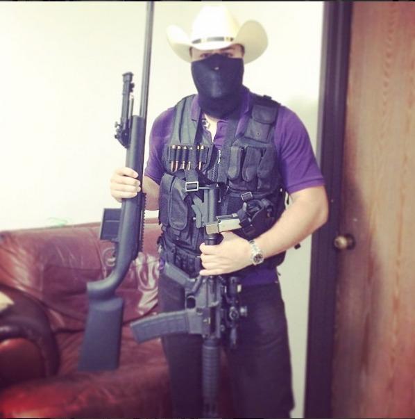 Narcotraficante exibe armamento pesado