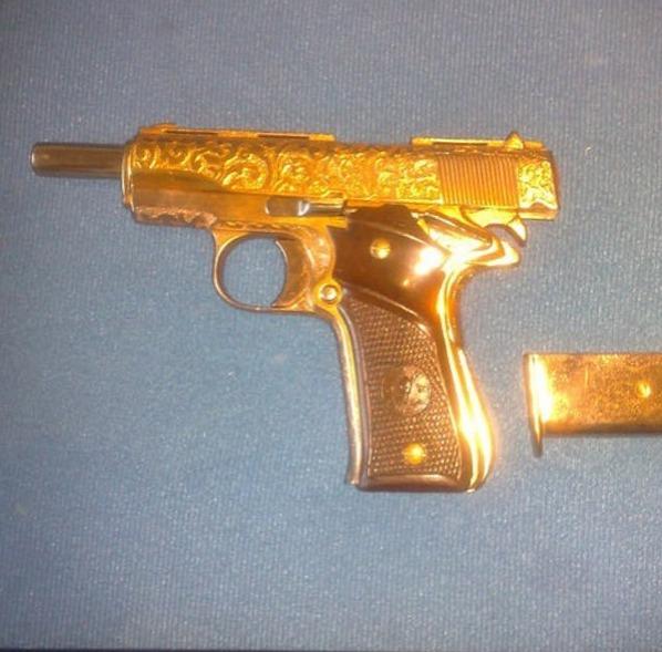 Arma banhada a ouro de um narco ostentação