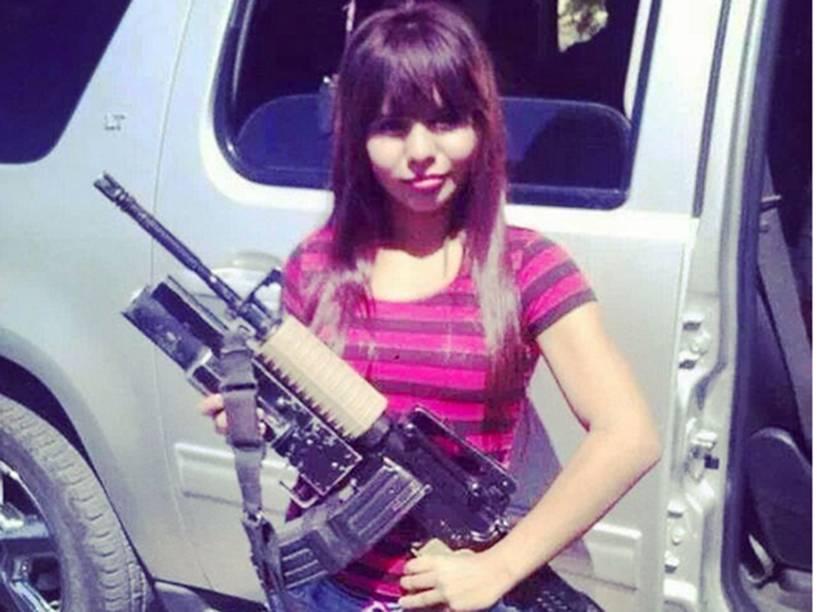 Mulher se exibe com uma arma automática