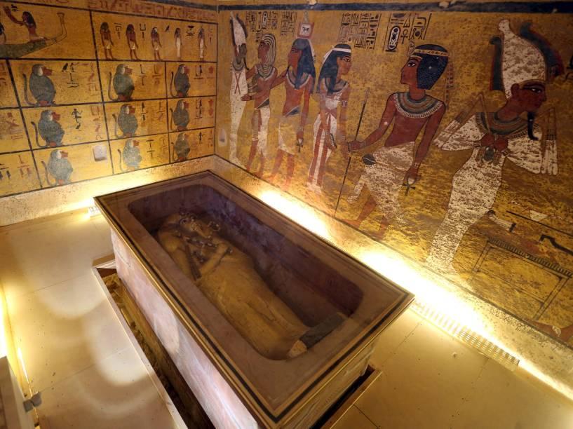 <p>Sarcófago do rei Tutancâmon é visto em sua câmara no Vale dos Reis, em Luxor, Egito. Estudiosos apostam na chance de que a tumba jamais encontrada da rainha Nefertiti esteja localizada em uma passagem escondida próxima à tumba de Tutancâmon</p>